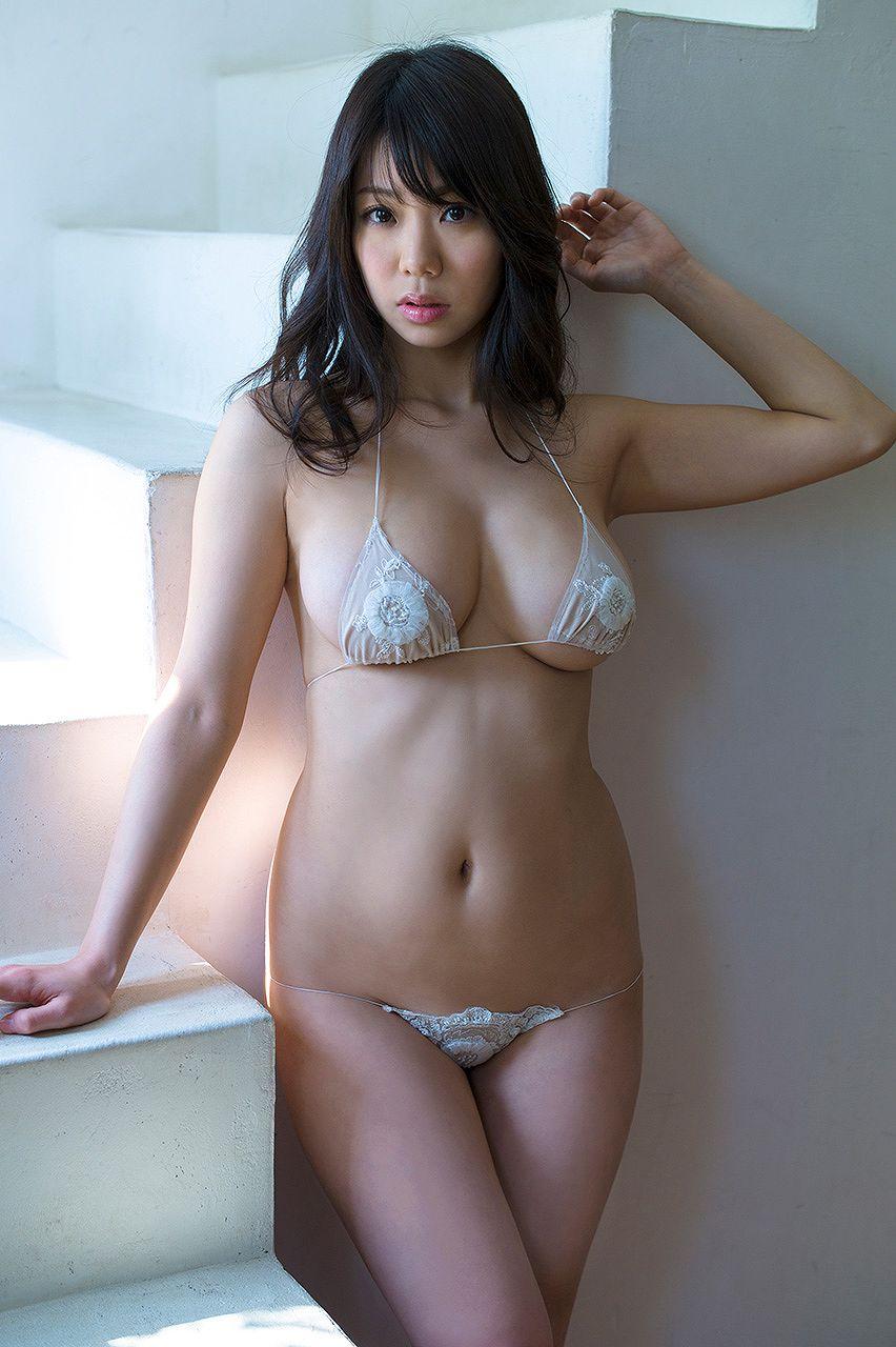 鈴木ふみ奈の極小下着グラビア