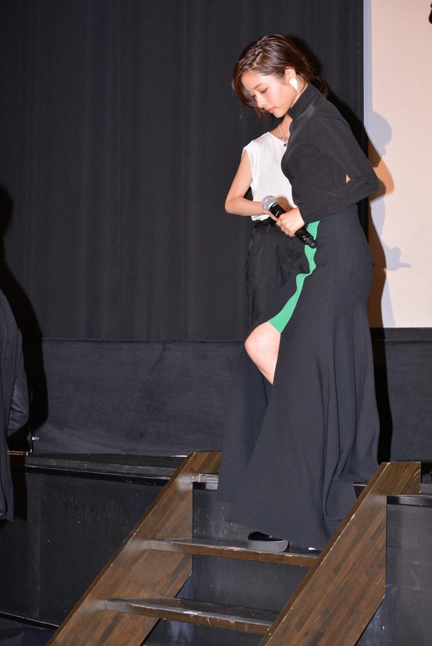 映画「進撃の巨人 ATTACK ON TITAN」の初日舞台あいさつで背中ぱっくりドレスを着た石原さとみ