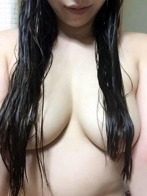 AV女優の自撮り髪ブラ