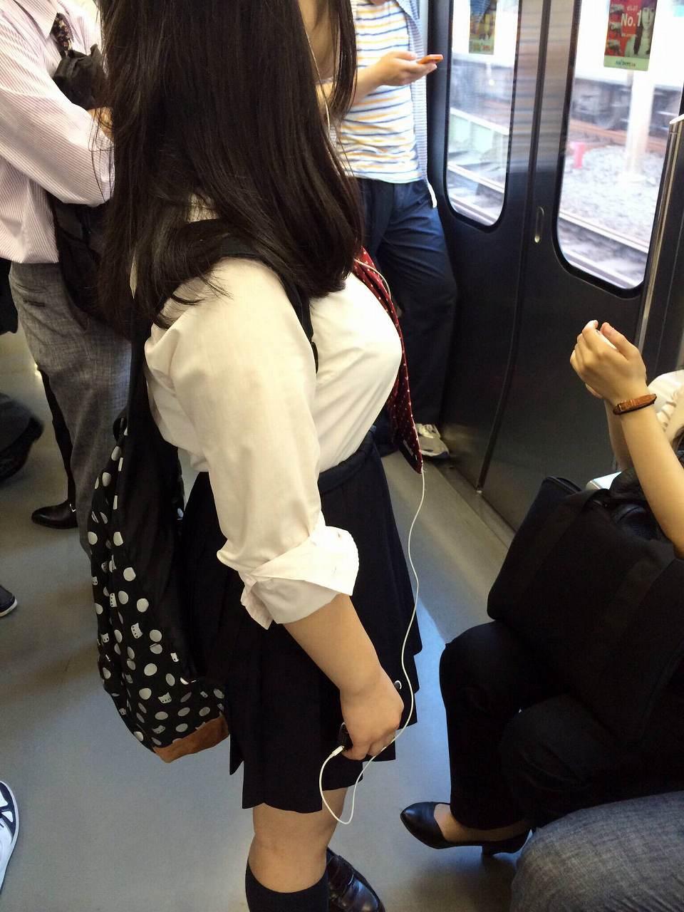制服を着た巨乳女子高生の着衣おっぱい