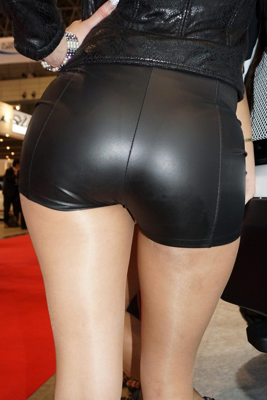 ショートパンツを履いたお尻が大きな女の子