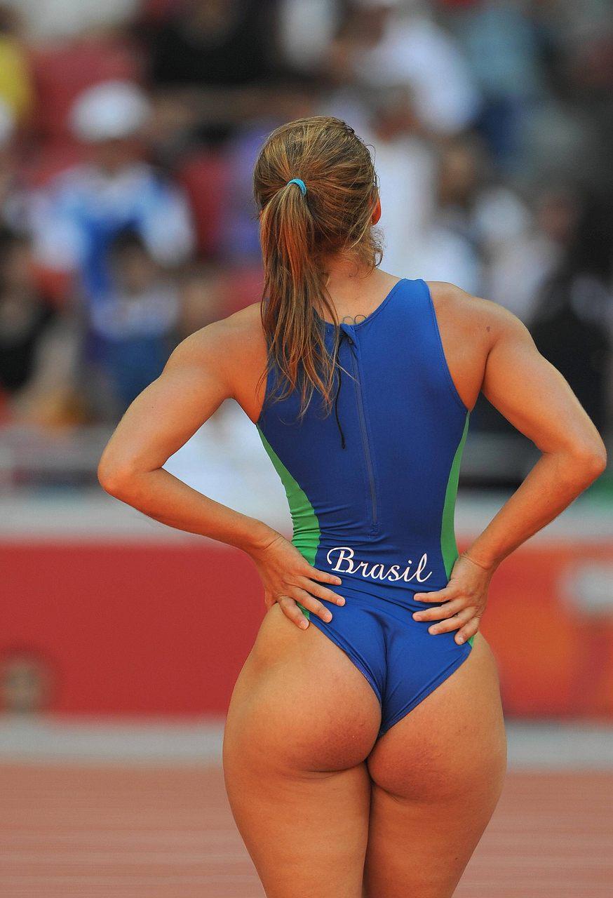 お尻が大きくて競泳水着が食い込んでる女の子