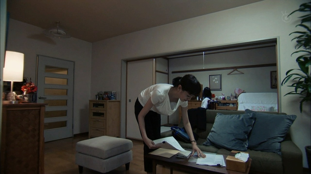 ドラマ「リスクの神様」でユルユルの服を着た戸田恵梨香の胸チラぽろり