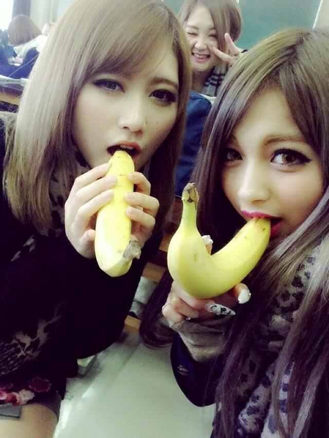 悪ふざけでバナナを咥える女子高生