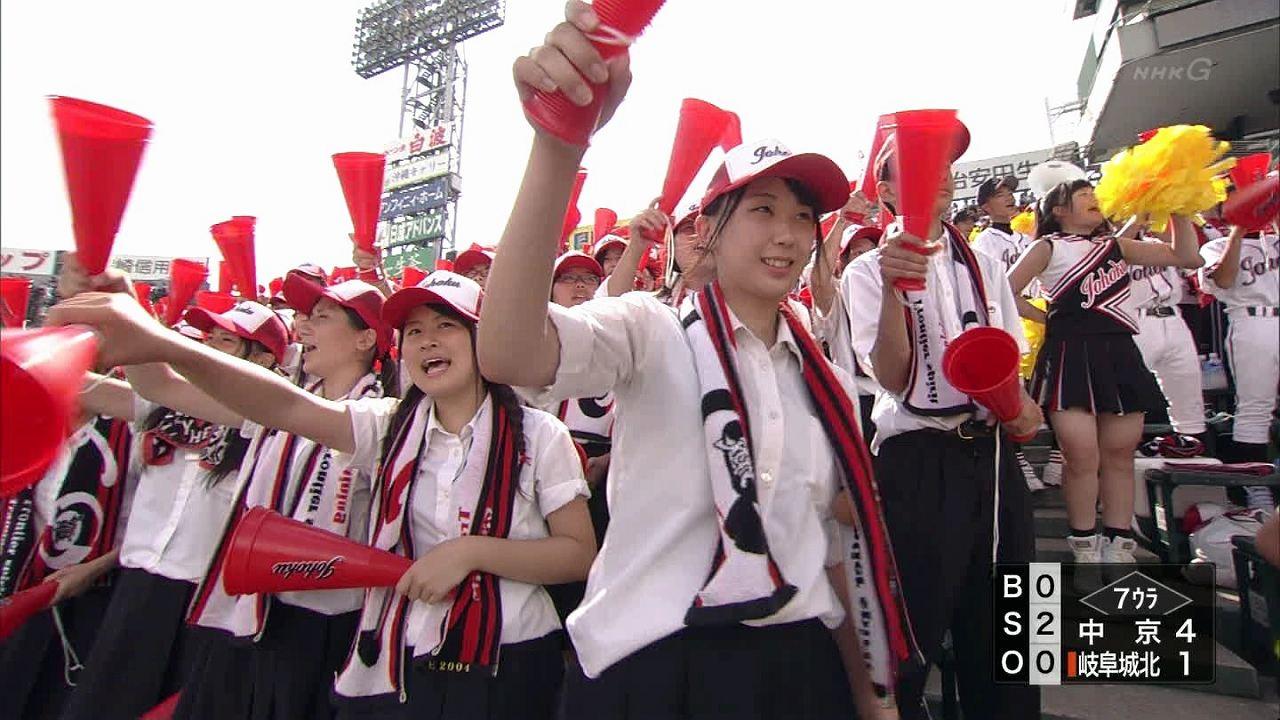 夏の高校野球で激写された恵体女子高生の太もも