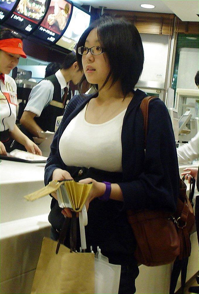 眼鏡をかけた巨乳女の着衣おっぱい