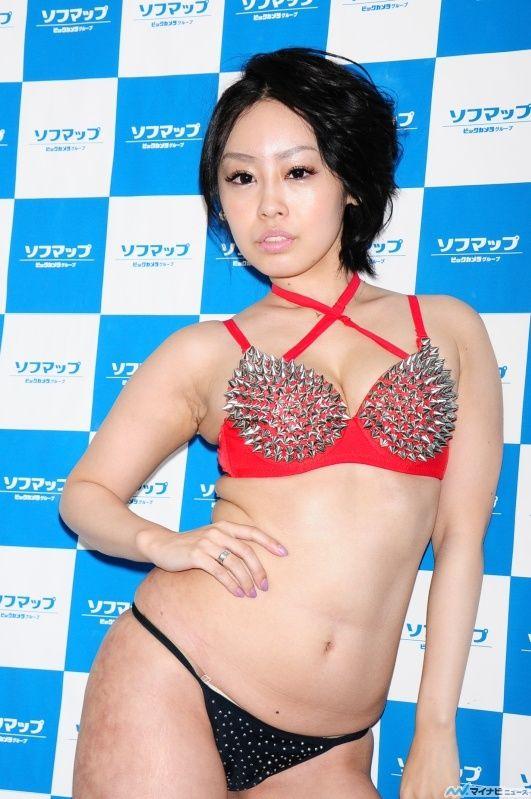 DVD発売記念イベントで変態水着を着てソフマップに登場した向井悠