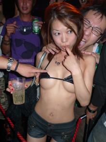 クラブ「ageHa」のビキニナイトに極小水着で来た女