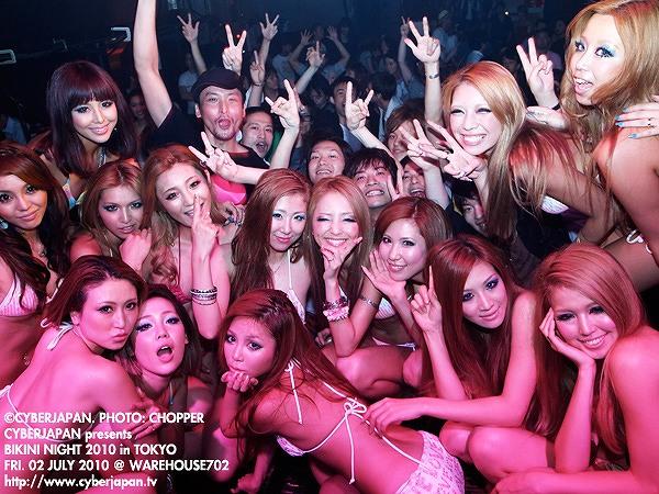 クラブのビキニナイトに水着で集まった女たち