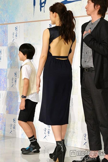 ドラマ「精霊の守り人」の会見に背中丸出しドレスで登場した綾瀬はるか