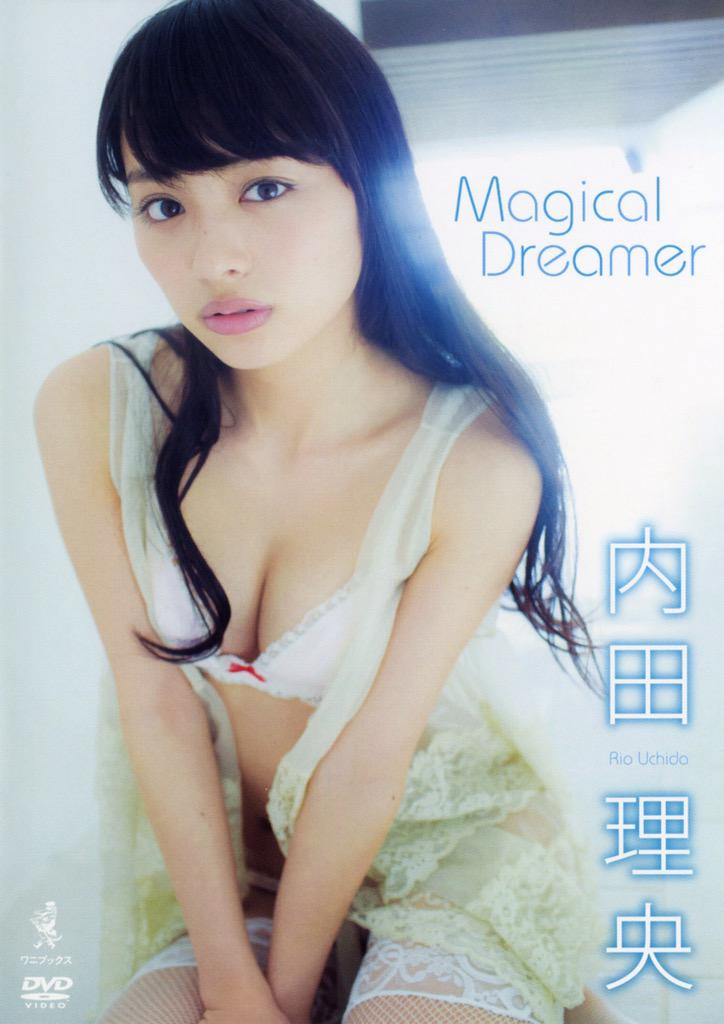 イメージDVD「Magical Dreamer」セクシー下着で胸の谷間を見せる内田理央