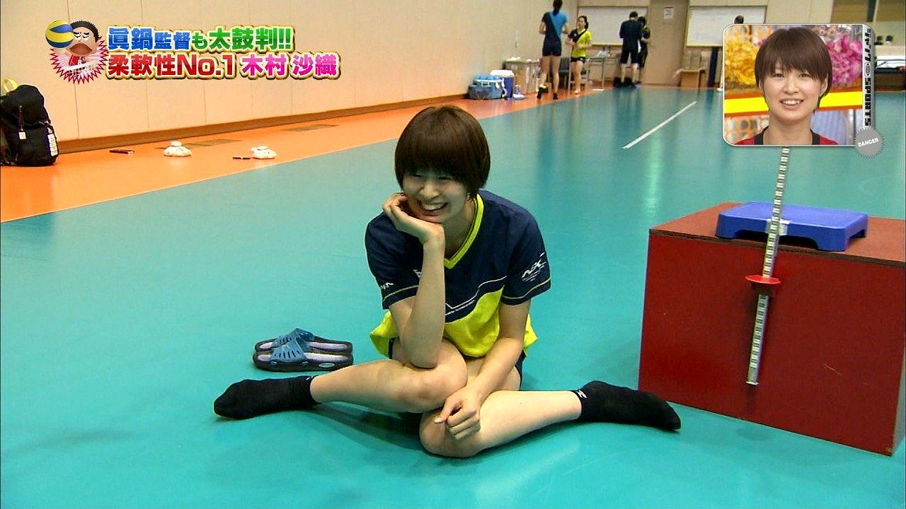 フジテレビ「ジャンクSPORTS」、ショートパンツのユニフォームで女の子座りをする木村沙織