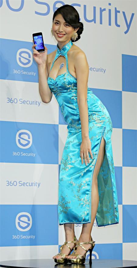 セキュリティアプリ「360セキュリティ」の発表会にチャイナドレスで登場した橋本マナミの丸出し背中