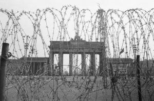 ベルリンの壁建設開始