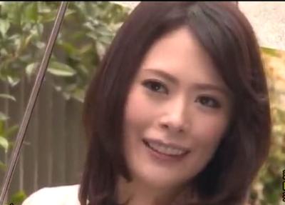 雰囲気が某女優に似ている熟年マダムが初めてのアダルトビデオの撮影でおまんこを曝け出して激しくセックスします。