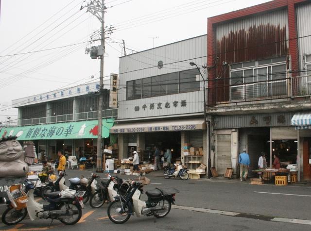 IMG_8937 駅前がすぐ朝市(640x476)