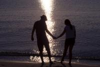 夕日の海のカップル