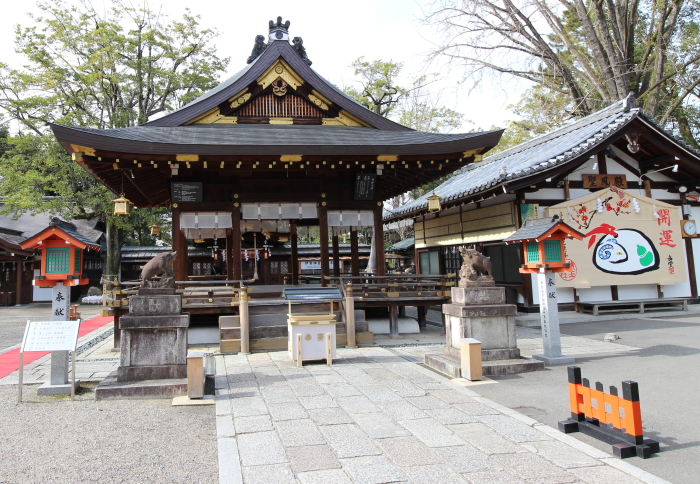 護王神社舞殿前狛猪