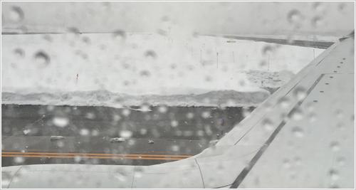 降雪の中、飛行機に搭乗しました。