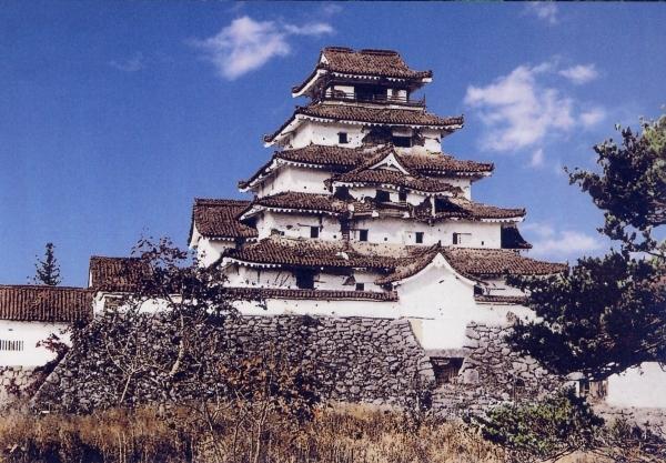 無数の弾丸を受け無惨な姿の鶴が城(カラー合成)