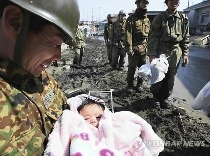 四ヶ月の赤ちゃんを見つけた自衛官の笑顔