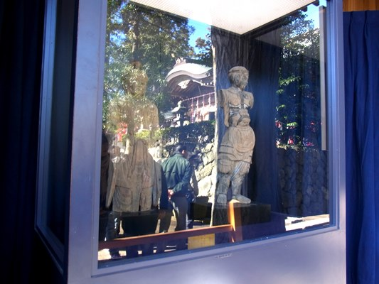 神像が安置されたガラスケース~反射して見づらい