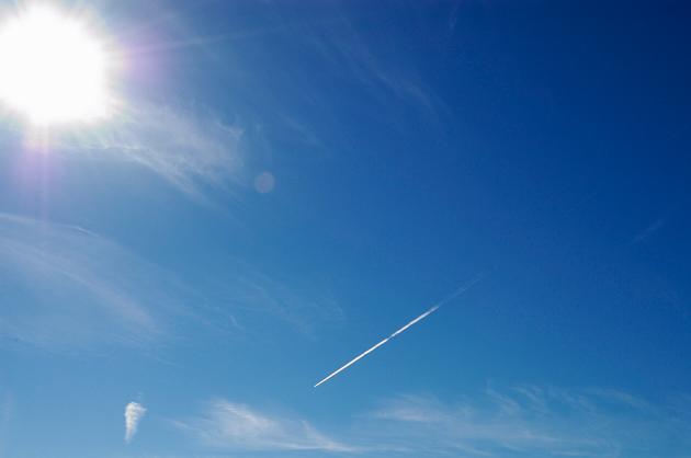 猛暑日に白い飛行機雲