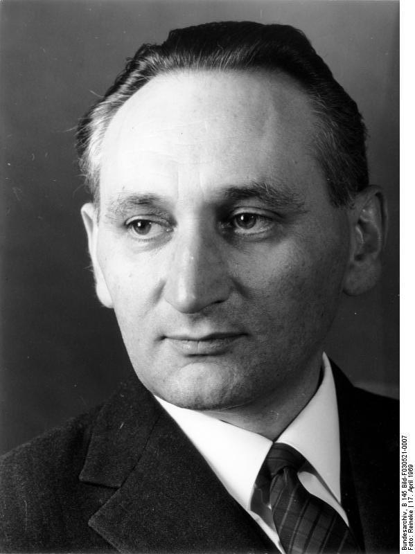 Bundesarchiv_B_145_Bild-F030521-0007,_Egon_Bahr