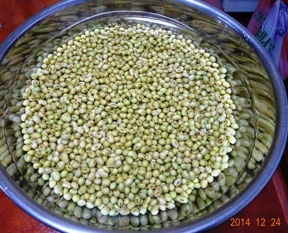 水につけて約3時間の大豆