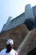 小里川ダム2F展望台から天端を望む
