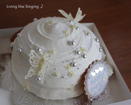 真っ白なバースデーケーキ