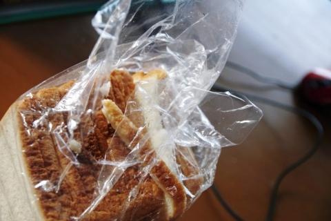 破られていた食パン