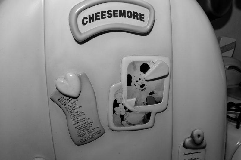ディズニーランド 「ミニーの家」の中にあったチーズがいっぱいの冷蔵庫
