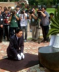 150812_ソウルの西大門刑務所跡地のモニュメント前でひざまずき謝罪する鳩山元首相m_sankei-wor1508120035_480x585
