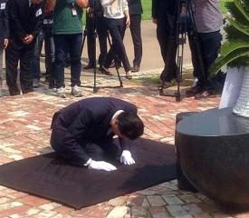 150812_ソウル西大門刑務所跡地のモニュメント前でひざまずく鳩山元首相m_fuji-plt1508130004_480x419