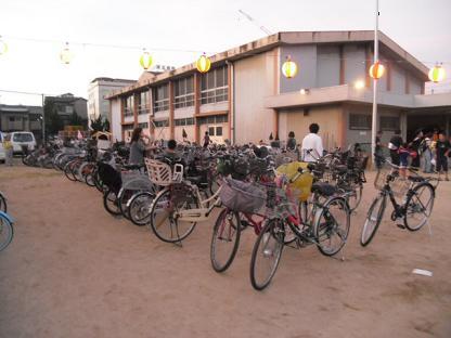 2 体育館前の自転車が来場者の多さを物語っています