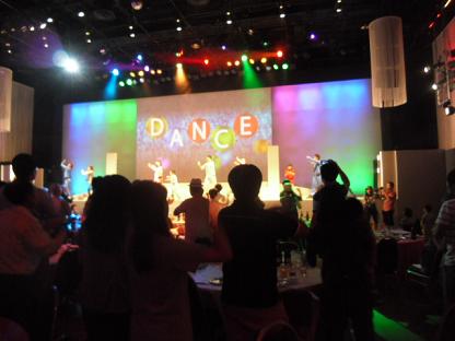 11 希望者4名が選ばれダンスの指導を受け踊ります