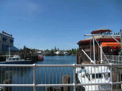 ⑬ リゾート風のレストランが並ぶ湖(みずうみ)