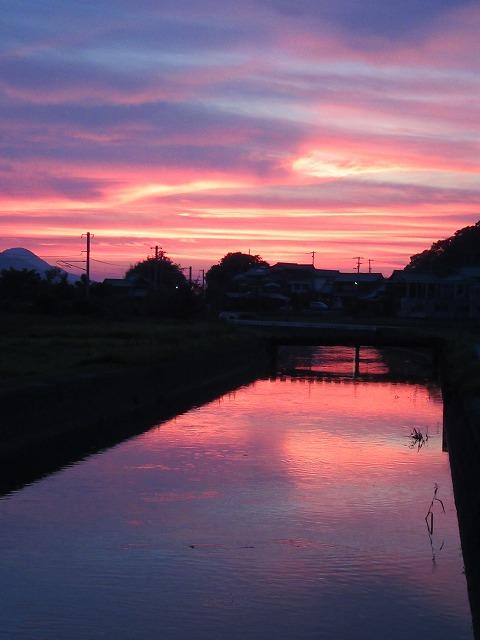 川の夕焼け(19:31)たて 27.7.24