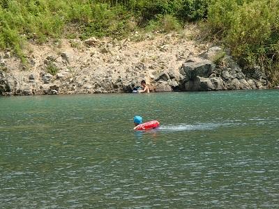 150809日高川で川遊び 浮き輪遊び1