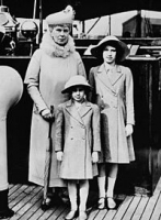 200px-Queen_Mary_with_Princess_Elizabeth_and_Margaret.jpg