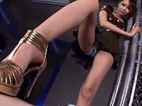 長身で美脚お姉さんが足コキやフェラでM男のチ○ポを刺激する
