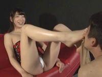 アナルに足指を入れられ悶絶するM男 香山美桜