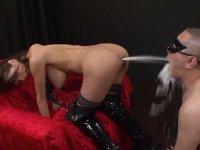 女王様のアナルから噴出する牛乳の浣腸液を口を開けて待つM男達xHamster