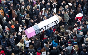 """Je suis Charlie"" Charlie Hebdo shooting الهجوم على صحيفة شارلي إبدو沙尔利周刊总部枪击案शार्ली ऐब्डो हमलाСтрельба в редакции газеты Charlie Hebdo샤를리 에브도 총격تیراندازی در دفتر شارلی ابدو"