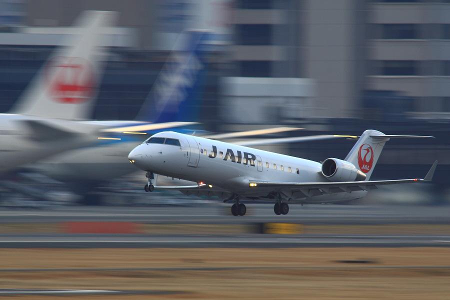 J-AIR CRJ-200ER / JAL2171 (JA207J)@RWY14Rエンド・猪名川土手