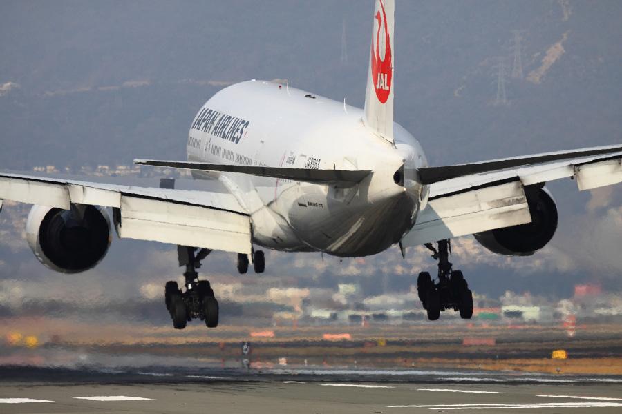 JAL B777-246 / JAL111 (JA8983)@RWY32Lエンド・千里川土手