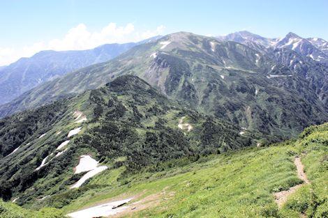 05朝日岳から雪倉岳(手前は赤男山)
