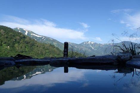 10薬師の湯から辿った朝日雪倉の稜線を望む
