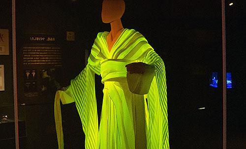 光る糸を作るカイコの大量飼育